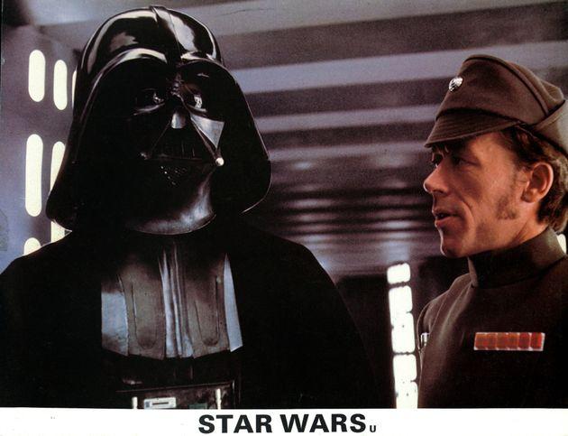 Ο Ντέιβιντ Πράους ως Νταρθ Βέιντερ σε σκηνή ταινίας Star Wars το 1977.
