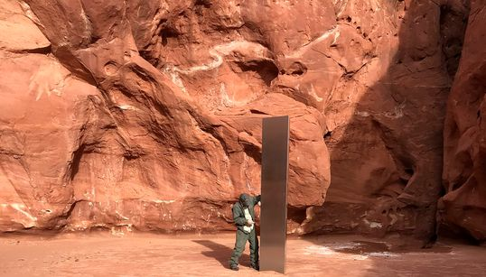 Εξαφανίστηκε ο μυστηριώδης μεταλλικός μονόλιθος που εμφανίστηκε στην έρημο της