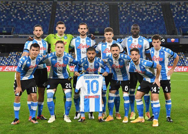 Les joueurs de Naples posant avec un maillot de Diego Maradona, avant Naples-AS Rome, le 29 novembre