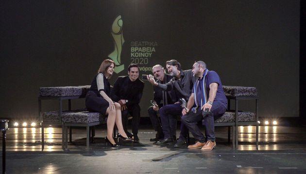 Και η απαραίτητη selfie των μεγάλων νικητών που παρέλαβαν τα βραβεία για τις καλύτερες παραστάσεις μαζί με την Κάτια Δανδουλάκη και τον Γιώργο Παπαγεωργίου. Γιώργος Λυκιαρδόπουλος (3o βραβείο για τον «Άμλετ»), Γιώργος Χατζηνικολάου (1ο βραβείο για τη «Βασίλισσα της ομορφιάς»), και Δημήτρης Κατσαρός (2ο βραβείο για τον «Πατέρα»).  Kataxorisi_0010_stank3.jpg Ο Γιάννης Στάνκογλου και ο Γιώργος Παπαγεωργίου δεν μπόρεσαν να αρκεστούν στην παραδοσιακή αγκωνιά