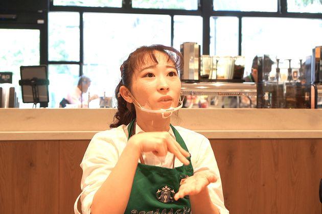 """共通言語が手話のカフェ「サイニングストア」で働く女性と話して、ぼくのなかの""""障害者への偏見""""に気づいた。"""