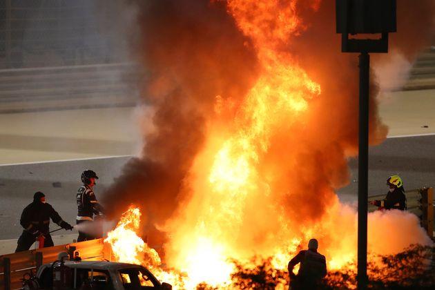 ガードレールに激突して炎上するロマン・グロージャンさんのマシン。11月29日撮影