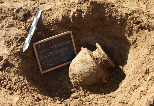 Η χάλκινη τεφροδόχος υδρία όπως αποκαλύφθηκε στο εσωτερικό του ταφικού πίθου 1.
