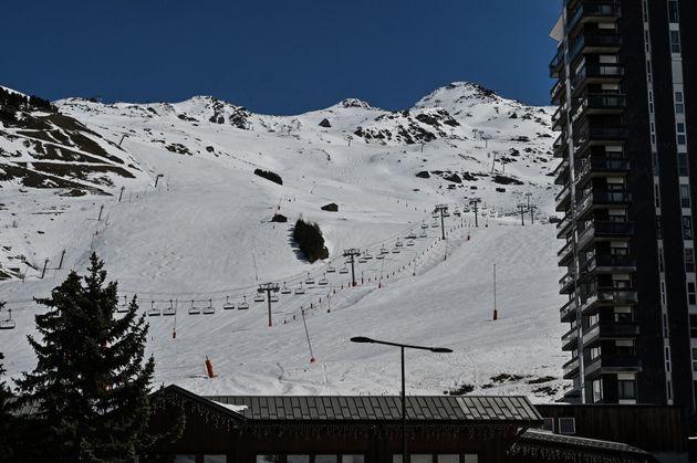 Des remontées mécaniques à la station Les Menuires, dans les Alpes, le 17 mars 2020...