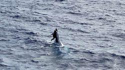 船が沈没して漂流。船首にしがみついて助けを待った男性が救助される