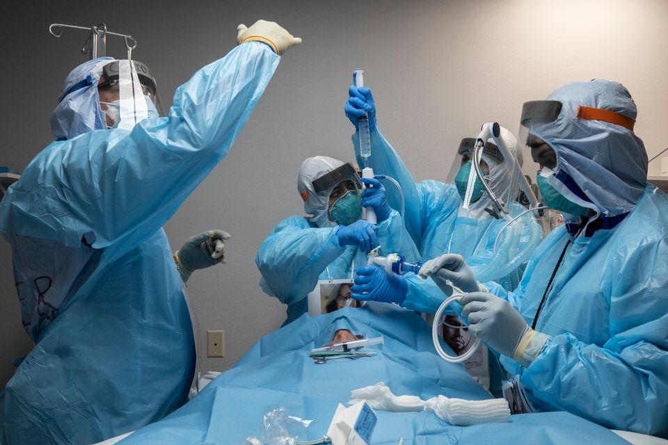 Ένας γιατρός αγκαλιάζει τον ασθενή του που κλαίει-Όλος ο πόνος από την πανδημία σε μια