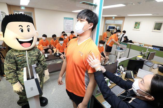 올해 첫 병역판정검사가 시작된 2월 3일 오전 대구 동구 신서동 대구·경북지방병무청에서 수검자들이 마스크를 쓴 채 신체검사를 받고