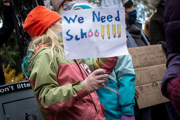 ΗΠΑ: Τα φτωχά παιδιά εν μέσω πανδημίας χάνουν τα μαθήματά τους - Προσφυγή μαθητών κατά των