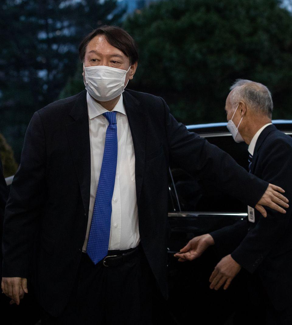 법원 결정 직후 오후 5시가 넘어 대검찰청으로 출근한 윤석열 검찰총장.