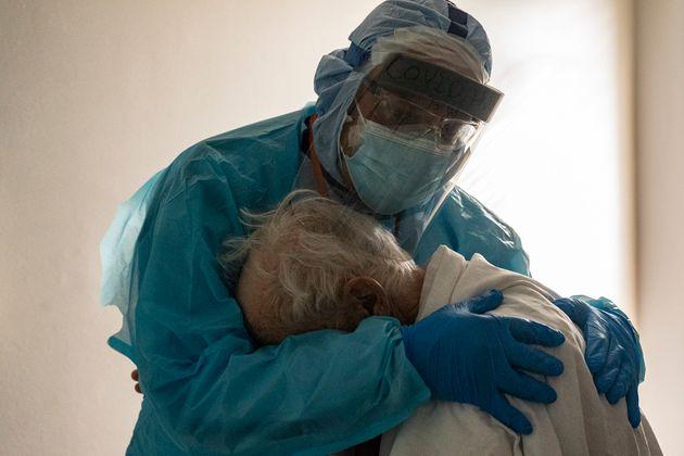 """Il medico abbraccia il paziente in lacrime: """"È stato spontaneo. Chiedeva della moglie"""""""