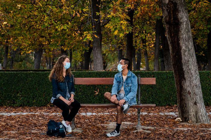 Dos personas en el parque del Retiro, Madrid.
