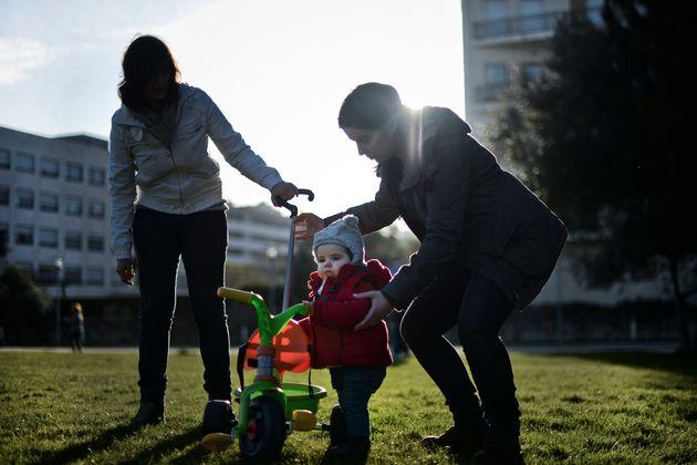 Un couple de lesbiennes et leur petite fille dans un parc de Lisbonne (Portugal) le 23 février