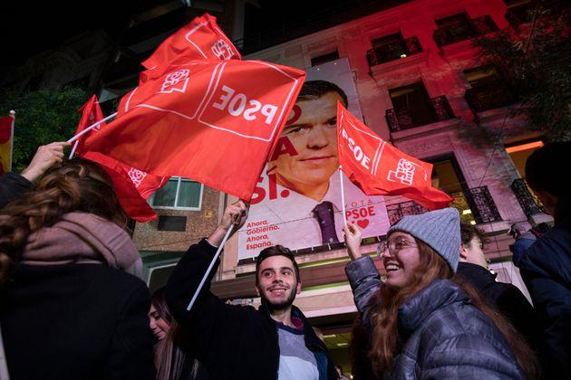 Simpatizantes del PSOE celebran la victoria electoral hace un