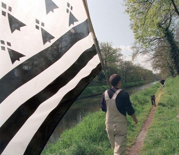 Le drapeau de la Bretagne porté par un militant indépendantiste. (Photographie d'illustration...