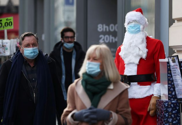 Des passants à Paris en amont des fêtes de fin d'année