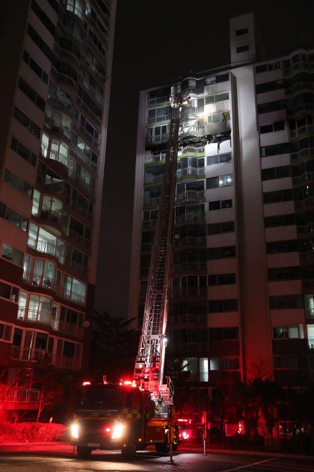 1일 오후 경기도 군포시 산본동 소재 아파트에서 화재가 발생해 소방대원들이 현장을 살펴보고 있다. 이 사고로 4명 사망·1명 중태에