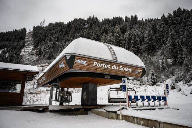 En France, les stations de ski en France en pourront pas ouvrir les remontées mécaniques...