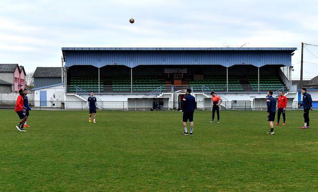 Des joueurs de l'équipe de foot amateur de Bergerac s'entraînent au stade de Campréal le 20 février