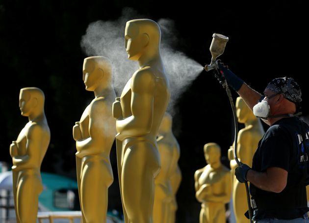 Preparación de las estatuas de los Oscar en el Dolby
