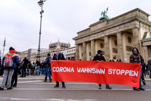 18/11/2020 Berlino, diverse migliaia di persone hanno manifestato contro le misure di contenimento del...
