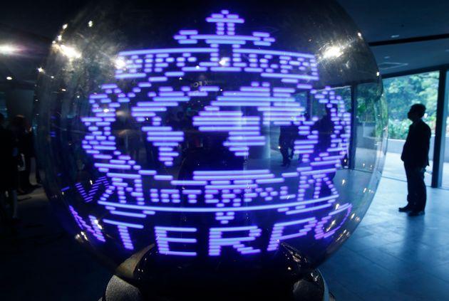 Le logo d'Interpol dans les locaux de Singapour le 30 septembre