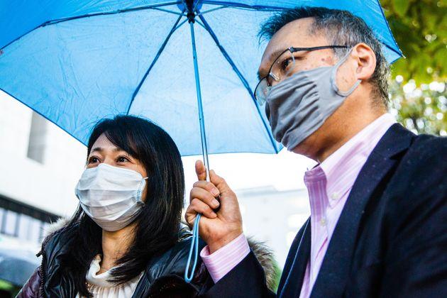 弁護団の寺原真希子弁護士(左)と中川重徳弁護士