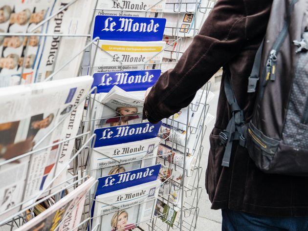 Un hombre compra el periódico 'Le