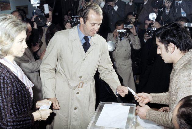 Los reyes Juan Carlos y Sofía votan durante el referéndum de la Constitución en