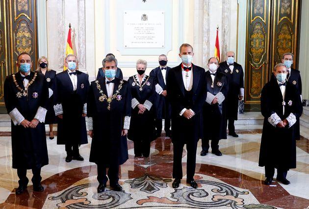 Felipe VI junto con Carlos Lesmes, presidente del Consejo General del Poder Judicial, durante la apertura...