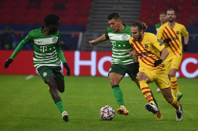 Oscar Mingueza intenta irse de dos jugadores del conjunto