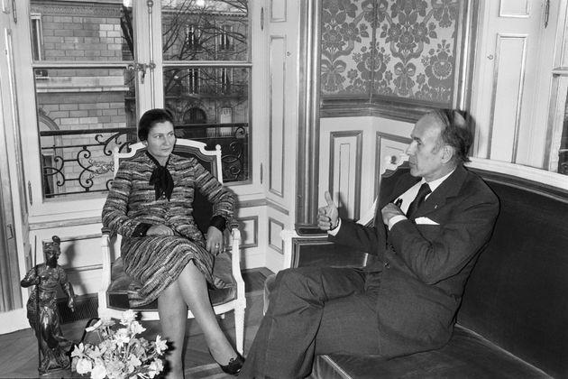 La ministre de la Santé Simone Veil reçue par le président Valery Giscard d'Estaing en 1974 à l'Elysée...