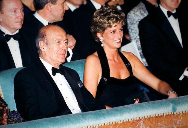 Valéry Giscard d'Estaing assis à côté de Lady Diana qui préside la...