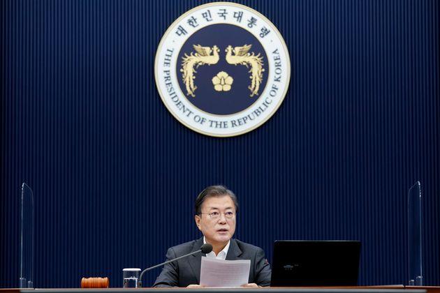 문재인 대통령이 1일 오전 청와대 여민관에서 제59회 국무회의(영상)를 주재하고 있다.
