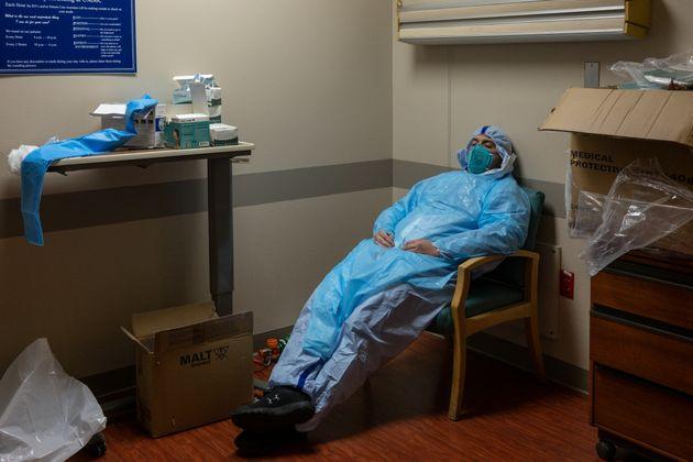 미국 텍사스주 휴스턴의 '유나이티드메모리얼 메디컬센터'에서 근무하는 한 중환자실 의료진이 잠시 휴식을 취하고 있다. 2020년