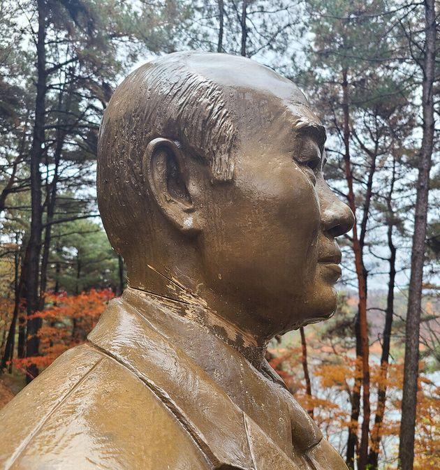 지난달 19일 황아무개(50)씨에 의해 목 부위가 훼손된 전두환 전 대통령 동상. 청남대는 이 동상을 보수해 그대로 두기로