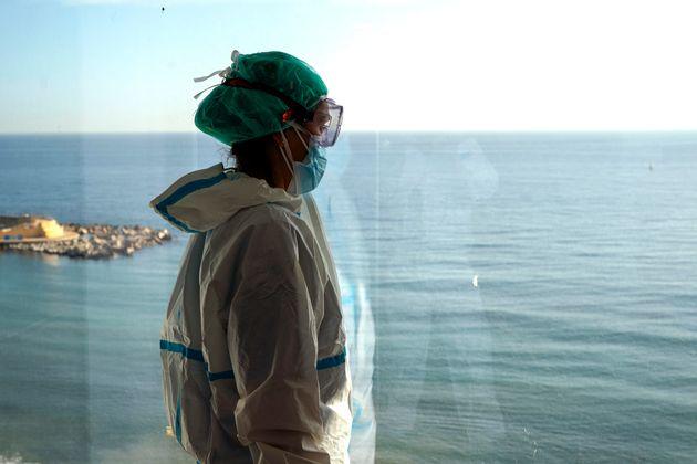 La enfermera Marta Fernández mira al mar por la ventana durante un breve descanso, en el ala de...