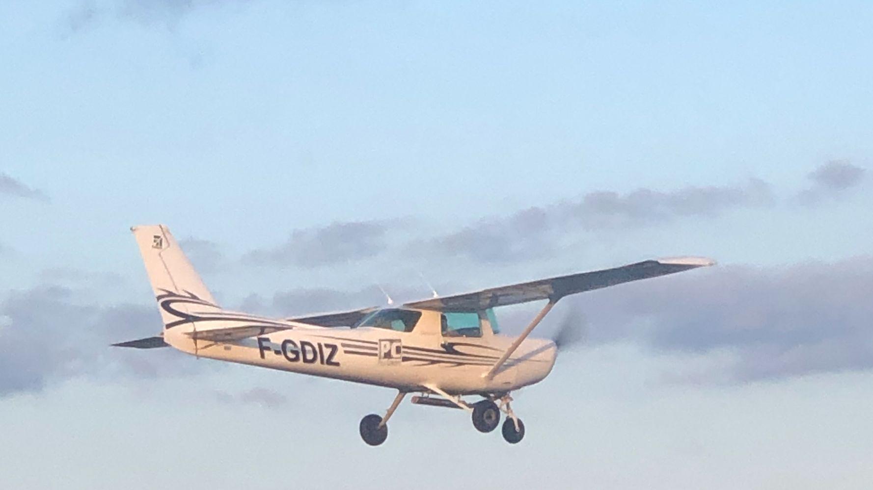 Confinement: à Thouars, ce pilote parcourt en avion les 20 km