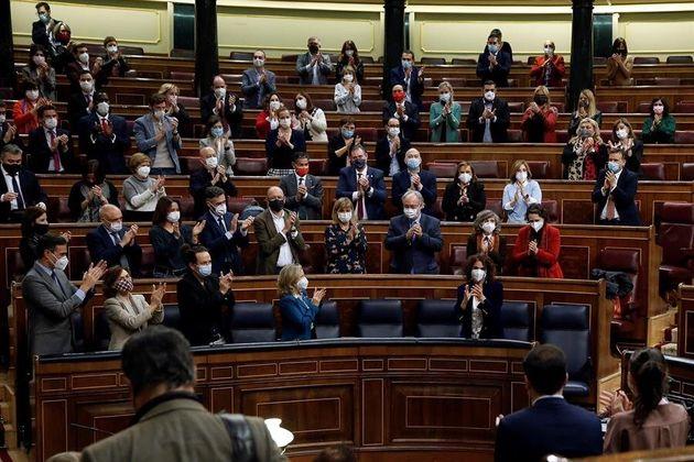 Los diputados aplauden a la ministra de Hacienda, María Jesús Montero, tras la aprobación de los