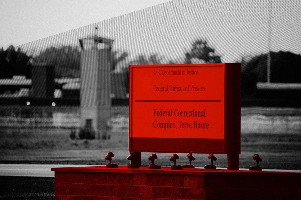 Un panneau à l'extérieur du complexe correctionnel fédéral de Terre Haute,...
