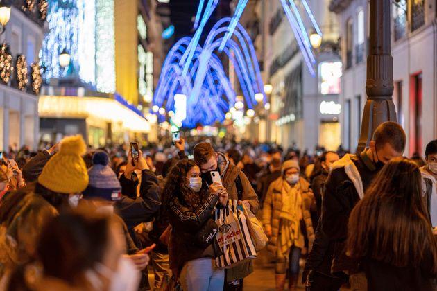 La gente pasea por el centro de Madrid el 26 de noviembre de 2020, coincidiendo con el encendido de luces...