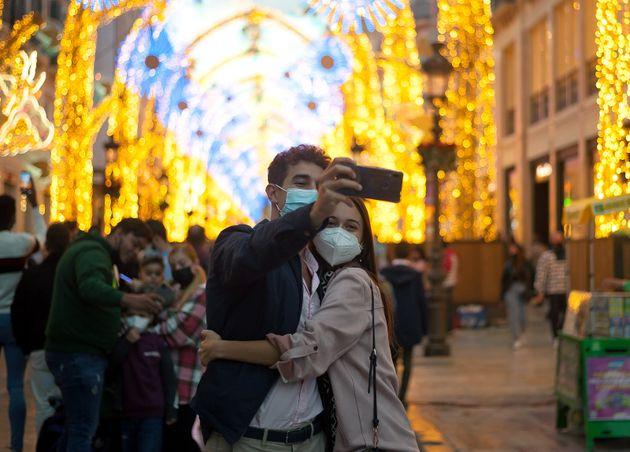 Selfi navideño de una pareja en el centro de
