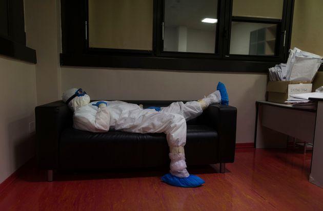 El doctor Giovanni Passeri descansa en la sala de médicos tras completar una ronda rutinaria de...