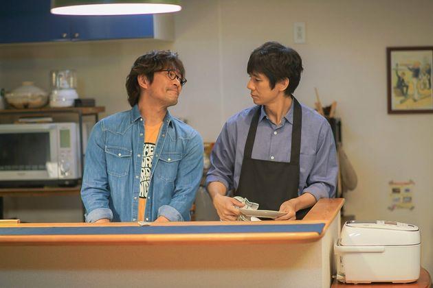 内野聖陽さん(左)、西島秀俊さんが主演を務めたドラマ「きのう何食べた?」より。男性カップルのあたたかい日常を描いた。よしながふみさんの同名漫画が原作。