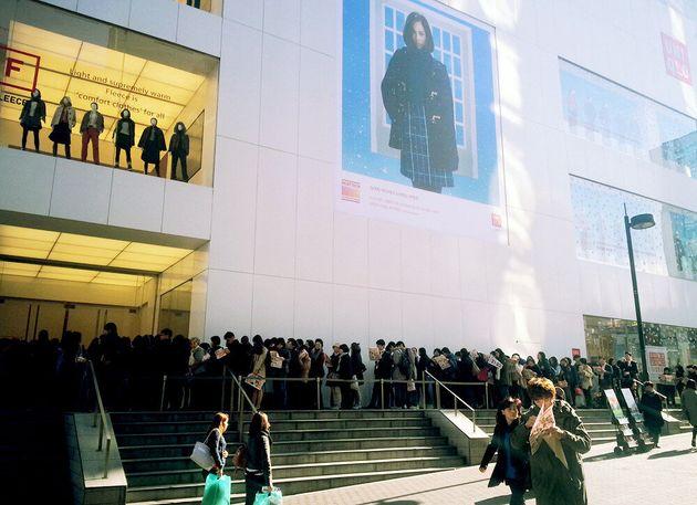 서울 명동 유니클로 중앙점 앞에 '유니클로 감사제'를 맞아 입장을 기다리는 고객들이 인산인해를 이루고 있다