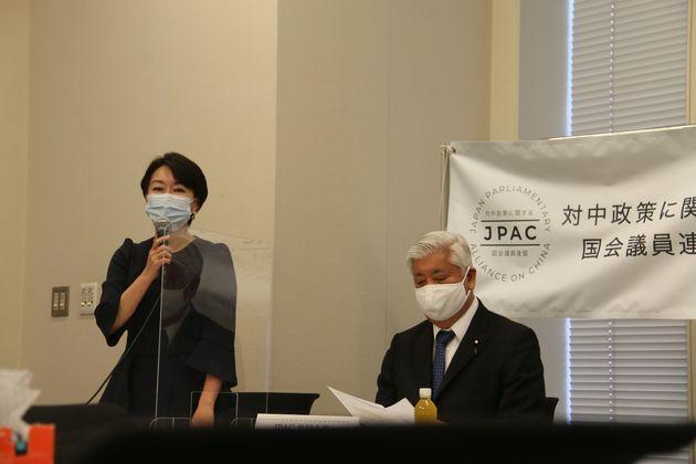 JPAC総会の様子。山尾志桜里議員(左)と自民党の中谷元・元防衛相(右)