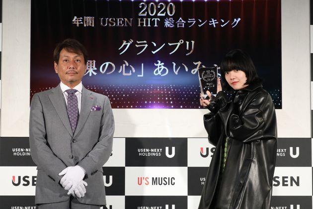 2020年間USEN HIT総合ランキングのグランプリを受賞したあいみょんさん(右)と株式会社USEN-NEXT HOLDINGS