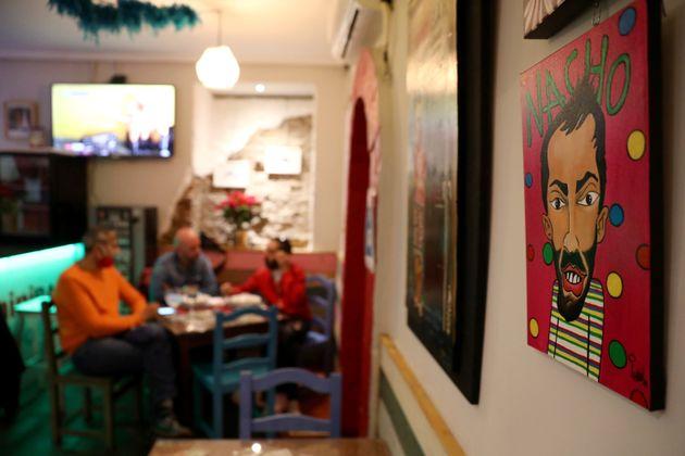 Μπαρ στη Μαδρίτη ζητάει από τους θαμώνες να προπληρώσουν τα ποτά τους για να μην κατεβάσει