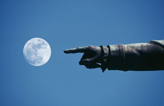 Un dedo, la luna y un