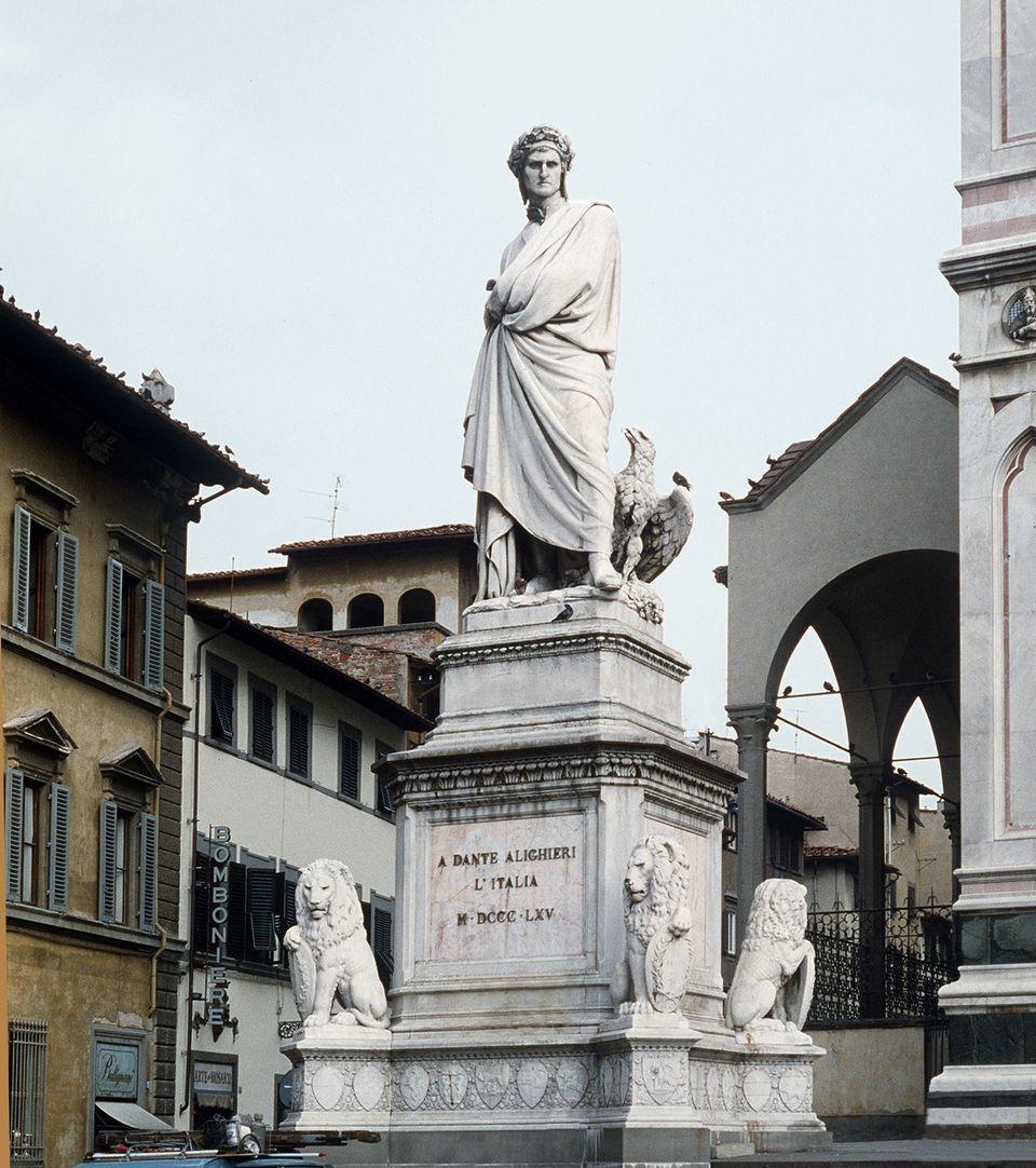 FIRENZE 'A Dante Alighieri, l'Italia M DCCC LXV' La statua di Dante eretta nel 1865 in suo onore sulla...