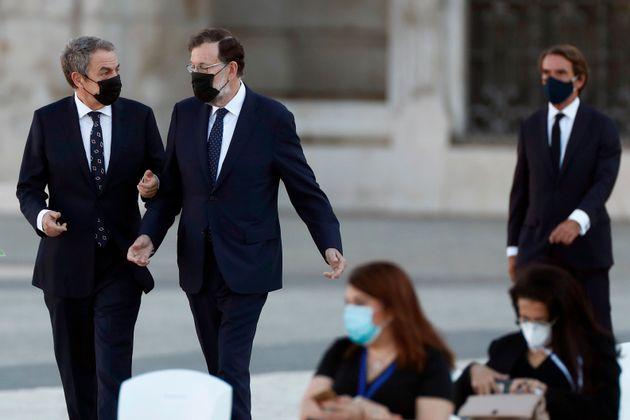 Zapatero y Rajoy charlan mientras caminan juntos, seguidos pasos más atrás por Aznar durante...